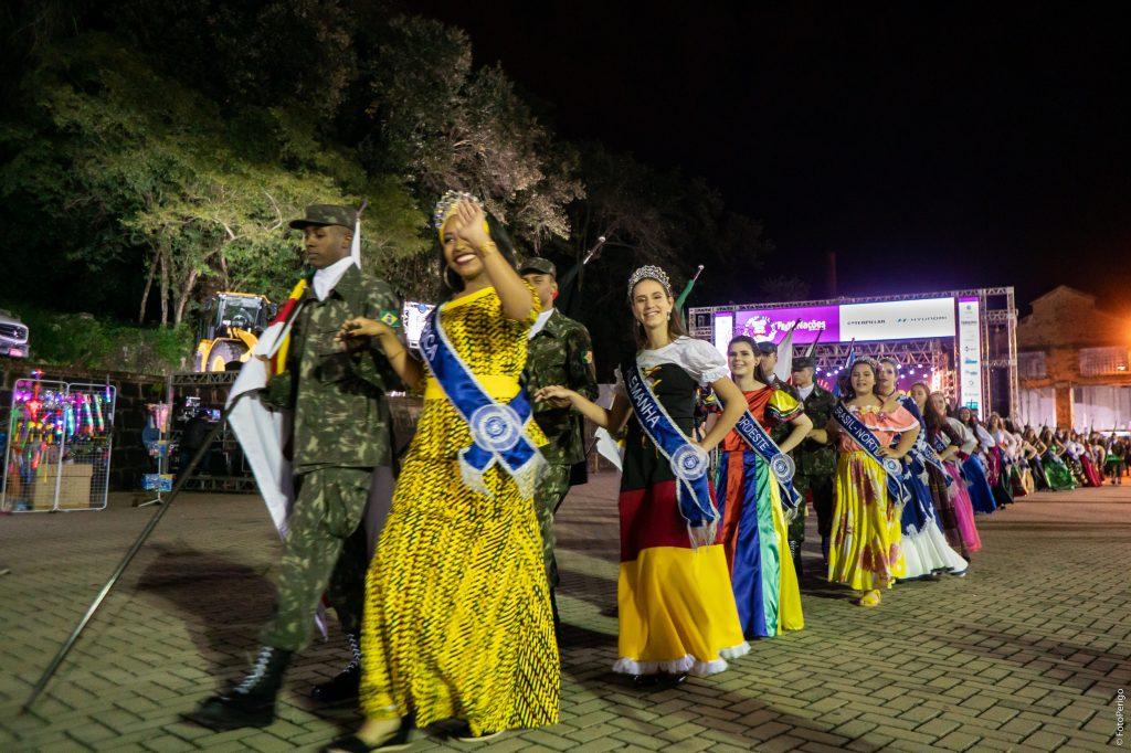 Rainhas e Guardiões desfilaram pelo Engenho Central (FotoPerigo)