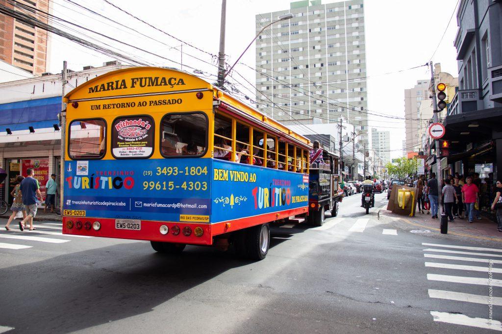 Trenzinho Turístico (foto) e veículos do Jeep Clube Piracicaba conduzirão Rainhas e Guardiões